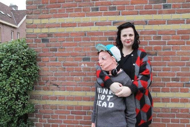 Mãe tricota versão de malha do filho que não queria mais abraçá-la