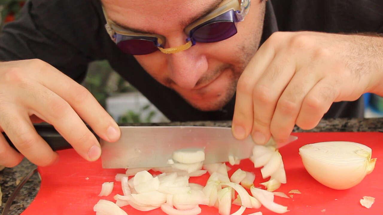 Truque simples vai te ajudar a parar de chorar quando corta cebolas
