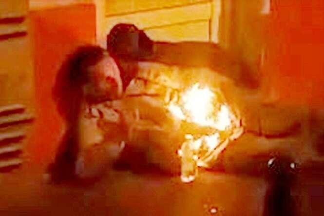 Vídeo mostra momento estranho em que homem fica tranquilamente envolvo em chamas