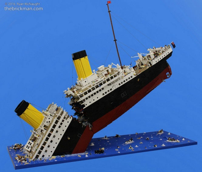 """Homem constrói TItanic """"afundando"""" com mais de 120 mil peças de Lego"""