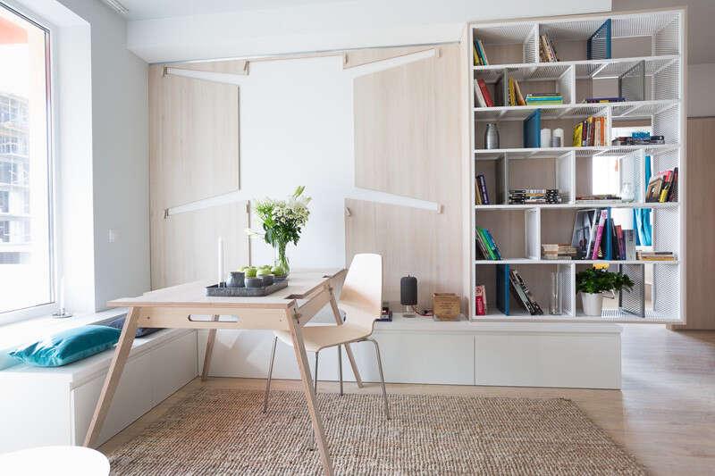 """Mesa projetada para pequenos apartamentos pode ser """"escondida"""" na parede da sala"""