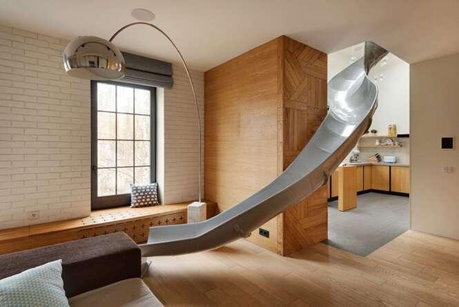 Conheça o apartamento moderno que possui até escorregador para o andar de baixo