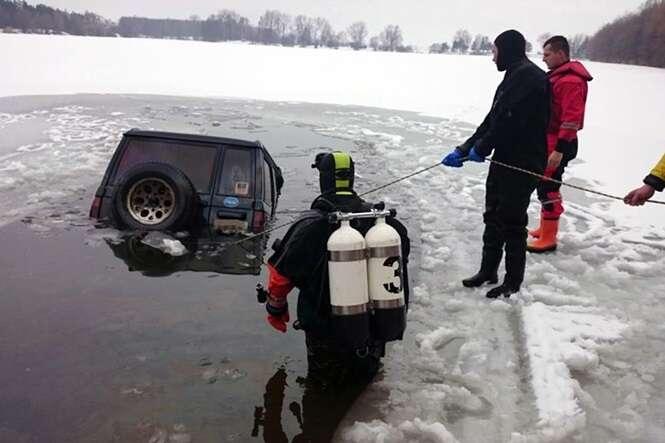 """Casal estaciona carro para """"rapidinha"""", e acidentalmente acaba caindo em lagoa congelada"""
