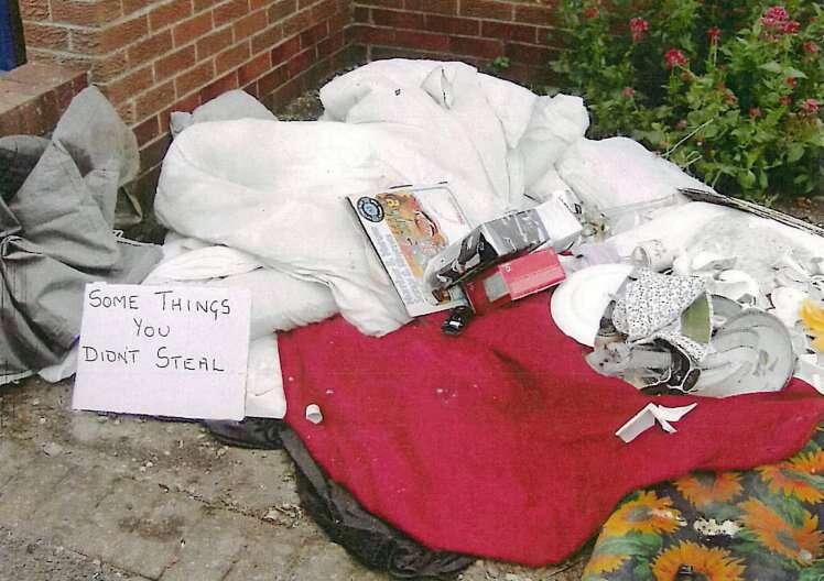 Marido abandonado é multado por jogar na rua roupas da ex-esposa