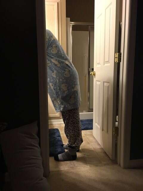 Marido posta foto da mulher de pijama e pantufas durante período menstrual e imagem viraliza