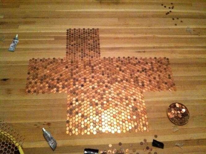 Mulher cobre todo o piso da sala de casa com moedas de 1 centavo