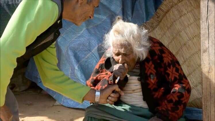 Idosa de 112 anos afirma que segredo para sua longevidade é fumar 30 cigarros por dia