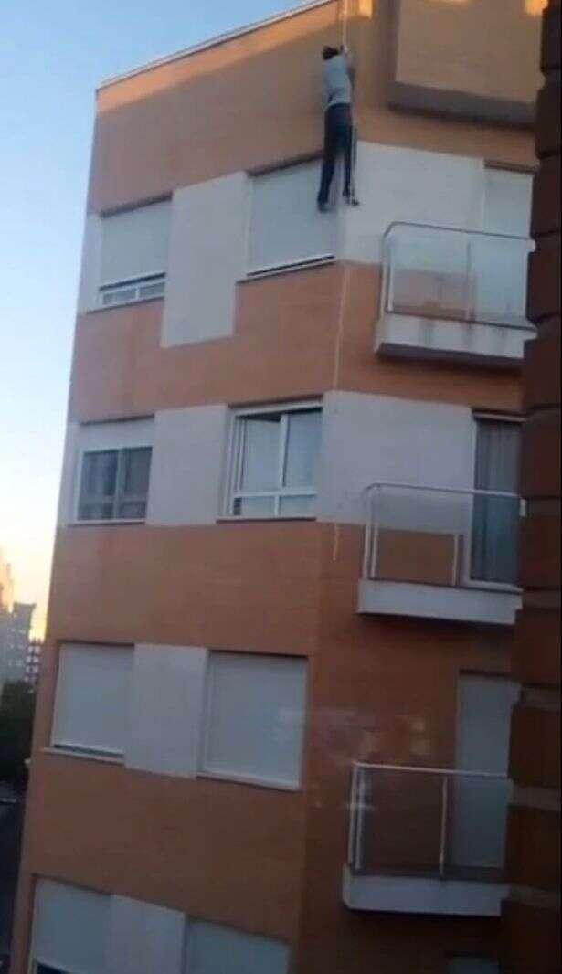 Homem preso do lado de fora de casa morre ao tentar entrar pela janela pendurado em uma corda