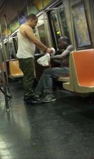 Vídeo comovente mostra homem tirando a própria camisa e gorro para dar a morador de rua