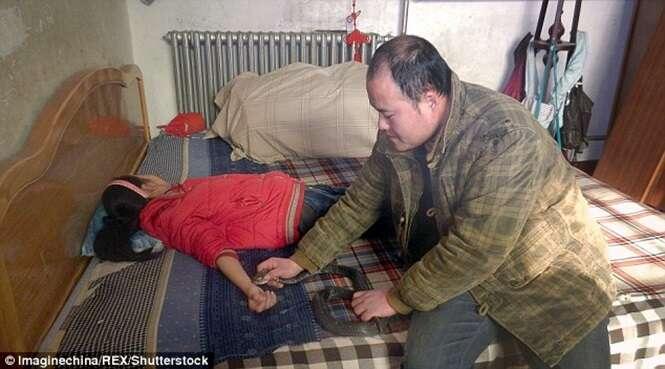 Pai quase mata filha de 8 anos fazendo cobra picá-la em tentativa desesperada de curá-la de doença