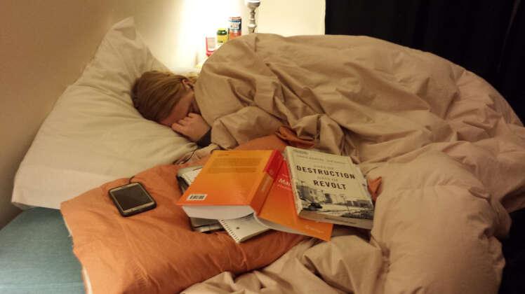 Homem compartilha foto da namorada dormindo e emociona internautas com história comovente da amada