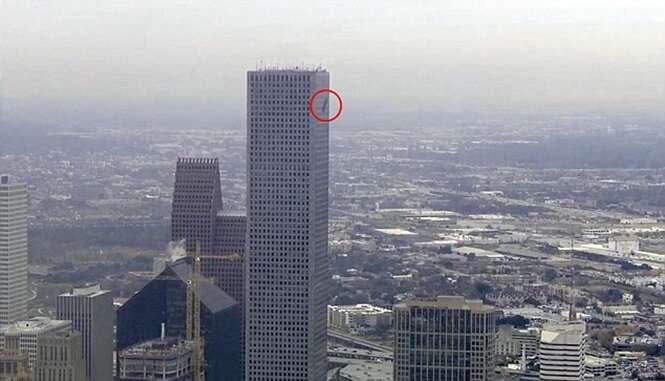 Limpadores de janela vivem momentos de terror ao ficarem pendurados no 71º andar de prédio