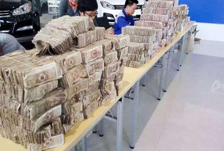 Homem usa cerca de R$ 50 mil em notas para comprar carro e surpreende gerente da concessionária