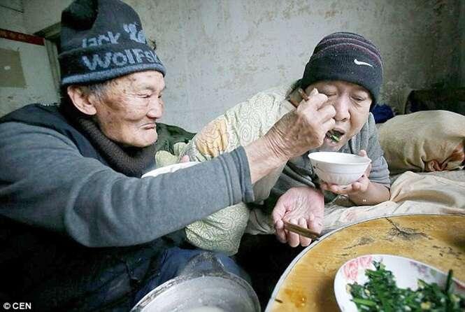 Idoso cuida de seu filho de 65 anos de idade, paralisado do pescoço para baixo.