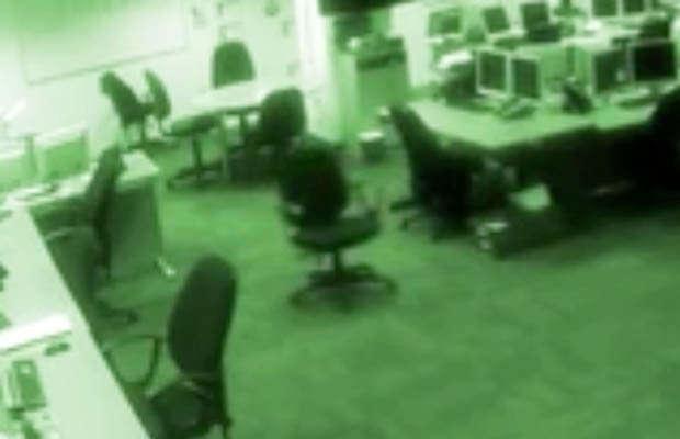 Vídeo de cadeiras se movendo e telas de computadores piscando sozinhas repercute na web