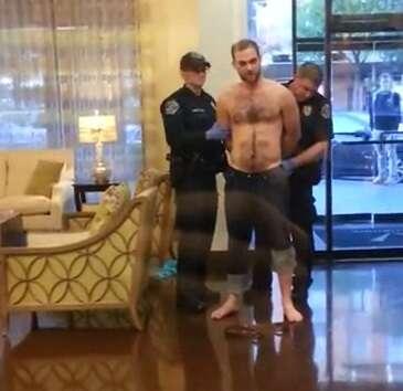 Vídeo de policial confundindo pênis com arma durante revista em suspeito se torna viral na web