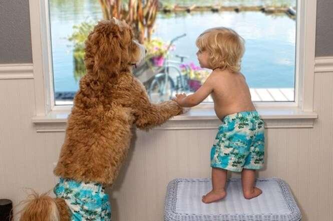 Cão e bebê fazem sucesso ao serem fotografados usando as mesmas roupas