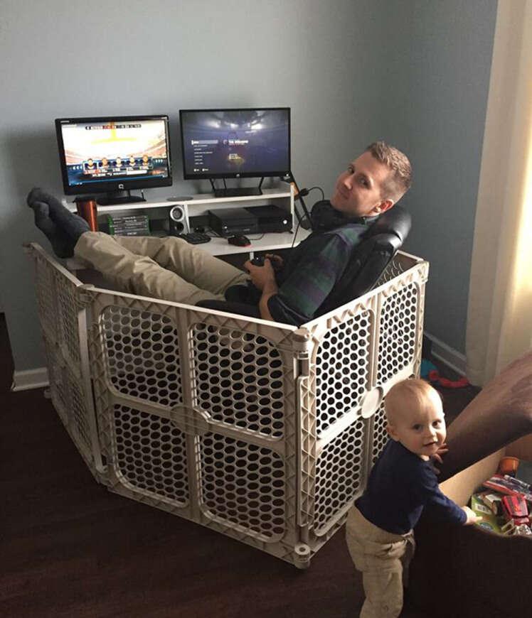 Foto de pai usando cercadinho de criança de maneira diferente faz enorme sucesso na web