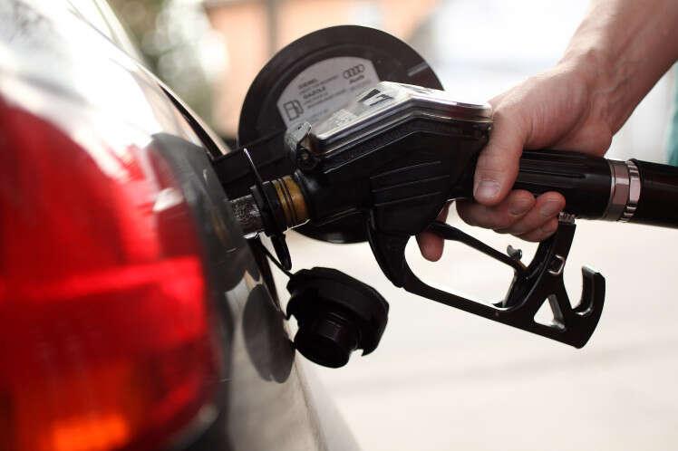 Homem esquece esposa em posto de combustível