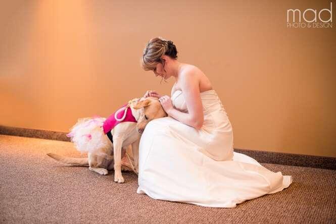 Cadela ajuda dona que sofre de ansiedade a subir ao altar durante casamento