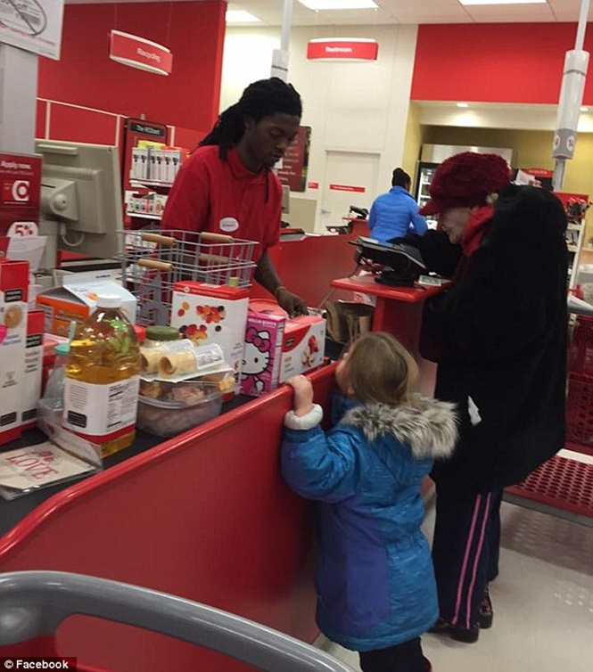 Caixa de supermercado tem atitude nobre ao atender idosa