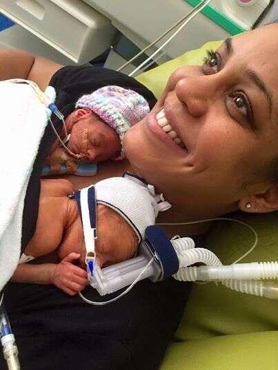 Vídeo comovente mostra momento em que gêmeos nascidos prematuramente se dão à mão