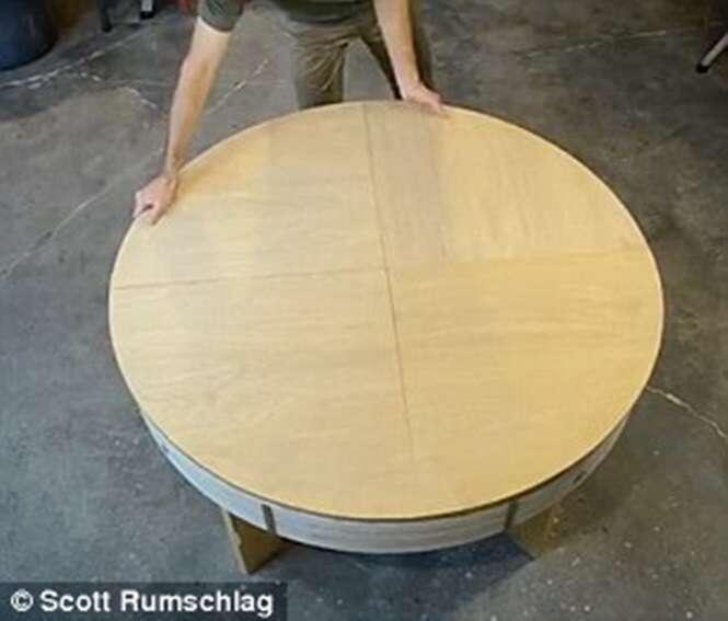 Engenheiro cria mesa que aumenta de tamanho com um simples giro
