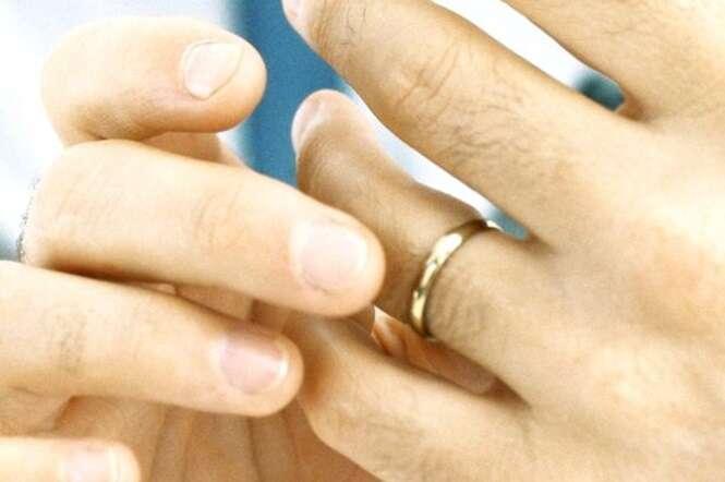 Homem vai até corpo de bombeiros pedindo para que cortassem anel de noivado após terminar seu relacionamento