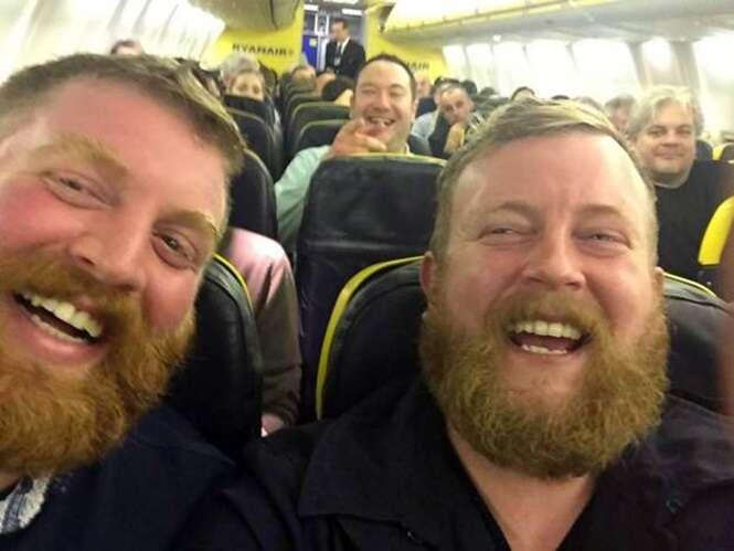 Viajante Bearded Neil Douglas (à direita) encontrou seu sósia Robert Stirling em um voo da Ryanair. Foto: PA