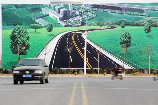 Motoristas reclamam de outdoor realista que pode causar acidente em estrada na China