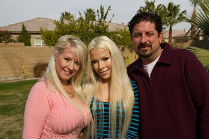 Família: Ela posa com sua mãe, Stacie, e seu padrasto, Andy. Foto: Barcroft