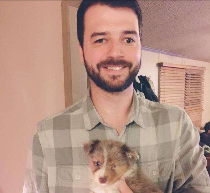 Homem cego do olho esquerdo adota filhote de cachorro que nasceu sem olho esquerdo