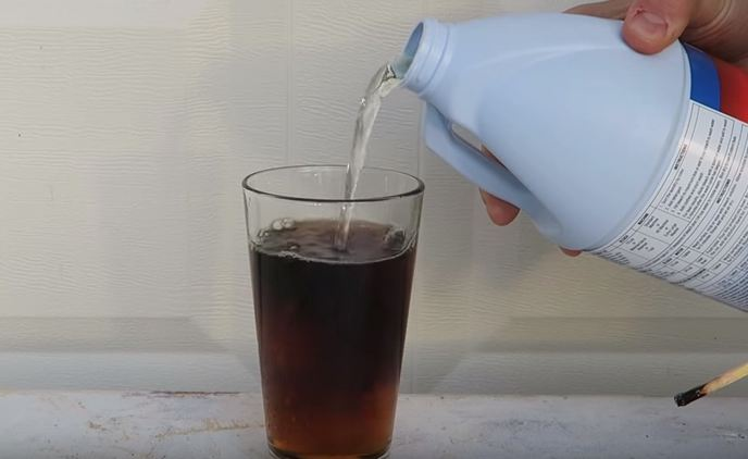 O que acontece quando colocamos água sanitária em um copo de Coca-Cola?