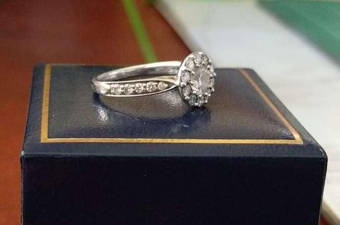 Homem que terminou noivado oferece anel de diamantes a casal que realmente mereça