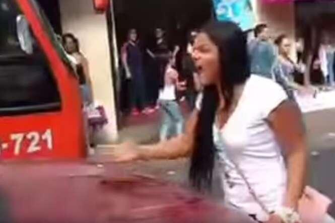 Vídeo flagra mulher furiosa parando trânsito ao encontrar marido com amante