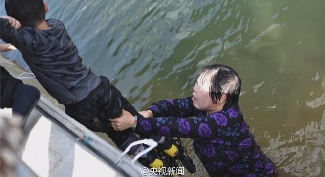 Mulher de 50 anos salva menino se afogando em lago