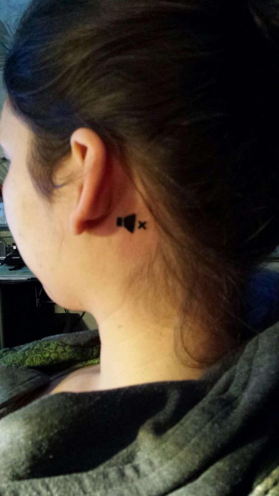 Jovem surda de um ouvido faz tatuagem surpreendente