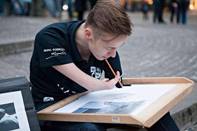 Jovem nascido sem os braços supera dificuldades desenhando com talento impressionante