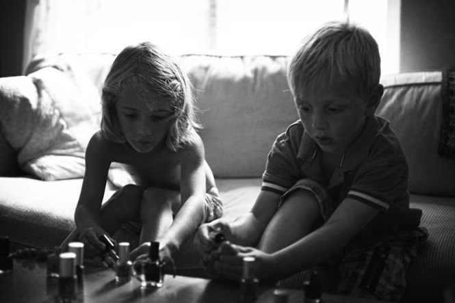 Pai cria série de imagens comoventes mostrando últimos dias de filho com melhor amiga