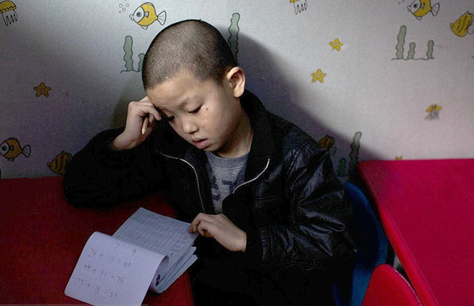 Menino vive há 3 anos em escola infantil após ser abandonado pela família