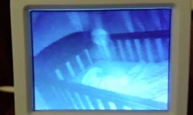 """Mãe fica em choque ao ligar monitor e ver dois """"fantasmas"""" pequenos no berço ao lado de seu bebê"""