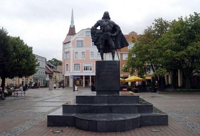 Estátua de cidade polonesa ganha visual de Darth Vader após nevasca