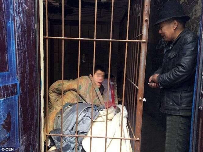 Família mantém jovem de 26 anos preso em gaiola