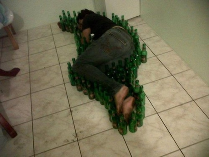 Fotos demonstrando que nunca se pode ficar bêbado perto dos amigos