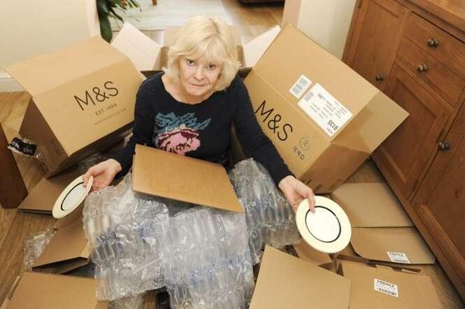 Idosa compra aparelho de jantar e recebe tudo em 29 caixas separadas
