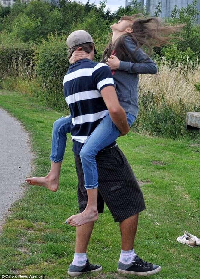 Foto flagra momento em que anoréxica de 31 kg quebra costelas ao saltar sobre namorado
