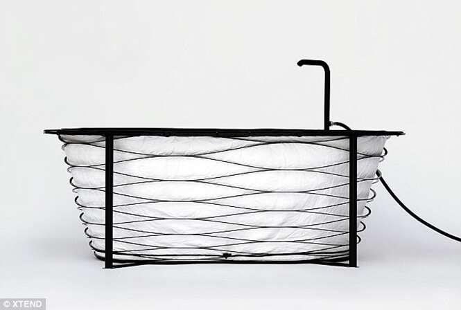 Designer cria banheira dobrável para viajantes tomarem banho onde estiverem
