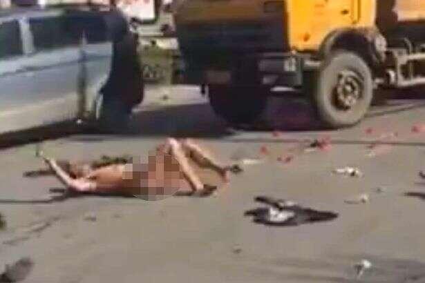 Homem nu rola no chão angustiado após ter pedido de casamento negado pela amada