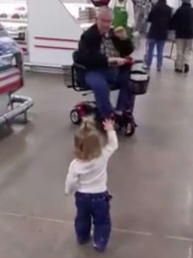 Menina de 1 ano comove clientes de supermercado com gesto simples