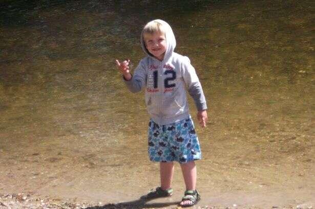 Mãe mata filho de três anos o atropelando enquanto aprendia a dirigir